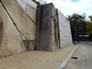 Batu raksasa yang disusun secara rapi dan presisi sebagai dinding